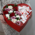 Коробка-сердце Валентинка с цветами и конфетами