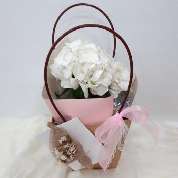 Белая гортензия в сумке