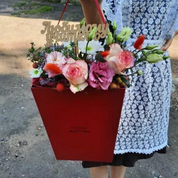 Цветы в коробке учителю