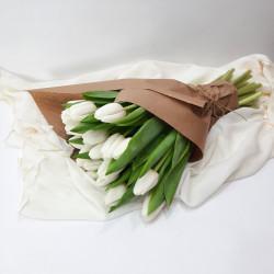 Букет 21 белый тюльпан в крафте на 8 марта