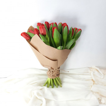 Букет 21 красный тюльпан в крафте на 8 марта