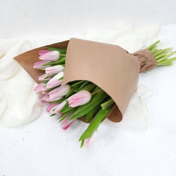 Букет 21 розовый тюльпан в крафте на 8 марта