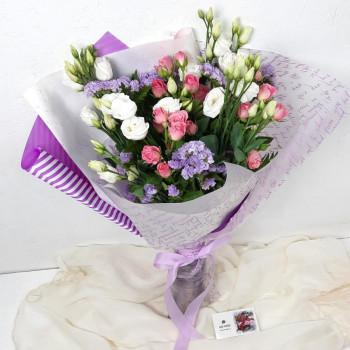 Букет из кустовой розы, гвоздики и лизиантуса